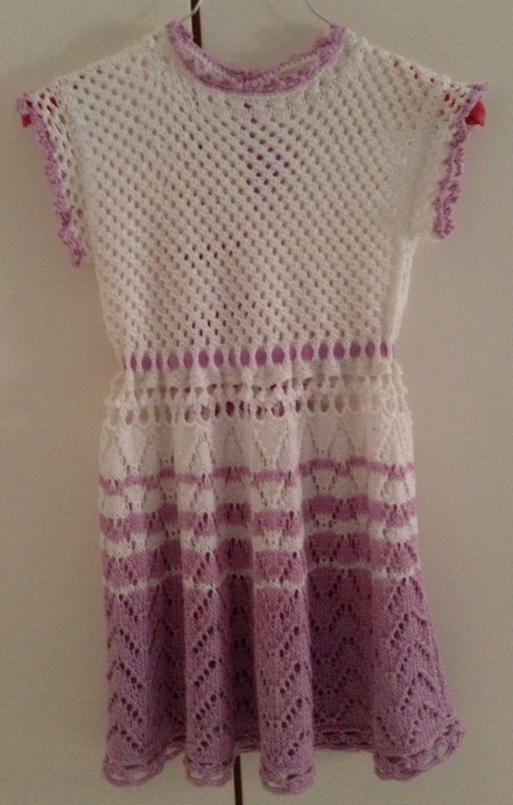 Vestito per bambina realizzato in cotone. Lavorazione a maglia. Knit.