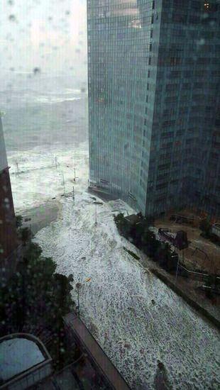 5일 오전 태풍 ''차바''의 직접 영향권에 들어간 부산 해운대구 마린시티에서 바닷물이 방벽을 넘어 쏟아지고 있다.연합뉴스