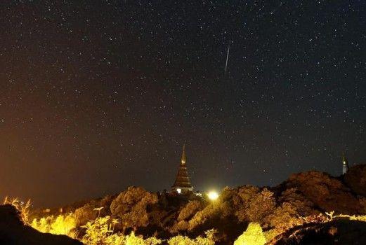 Pioggia di meteoriti ripresa nel nord della Tailandia.
