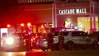 Image copyright                  AP                  Image caption                                      La policía llegó al centro comercial Cascade, en Burlington, luego de que al menos un sospechoso huyó del lugar.                                Cuatro mujeres murieron en un centro comercial de Burlington, en el estado de Washington (noroeste de EE.UU.) lue