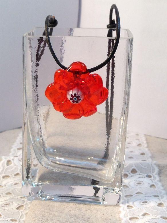 赤の透明ガラスで花を形どり中央にも赤のミルフィオリ(千の花と呼ばれる)をポイントにしてみました。チョーカーでもペンダントでも、春夏はTシャツ、秋冬はセーターの...|ハンドメイド、手作り、手仕事品の通販・販売・購入ならCreema。