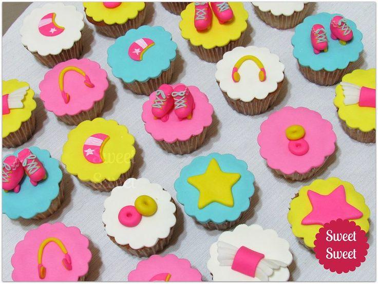 Torta Soy Luna de Disney. Patines en RKT y decoraciones en pasta de goma…