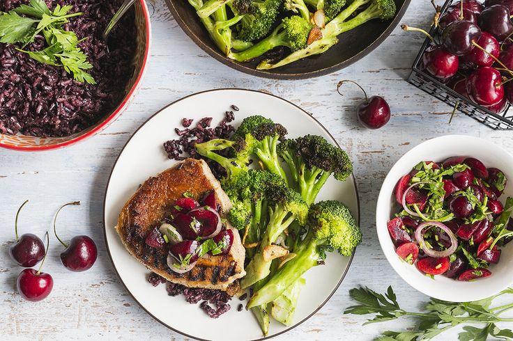 Lorsque vous prenez le classique trio de la viande, des légumes et du riz et que vous lui donnez une sérieuse transformation gastronomique, vous obtenez un festin ultra raffiné autour du porc grillé. Que vous choisissiez de poêler ou de faire cuire nos côtelettes de porc au barbecue, elles reposeront parfaitement sur un sublime et surprenant lit de riz noir ancien. Elles se marieront facilement avec de délicieux fleurets de brocolis grillés, garnis d'échalotes et d'ail croustillants et do...