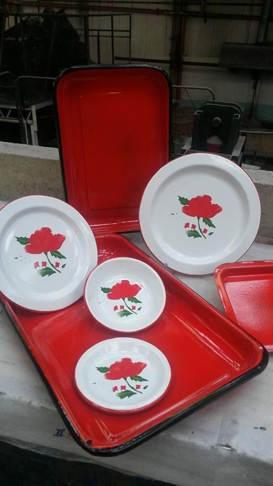 Juego de platos decorados, flores rojas en platos de peltre. Diseños vintage coloridos para tu hogar. Contáctenos para información de precios y envío.
