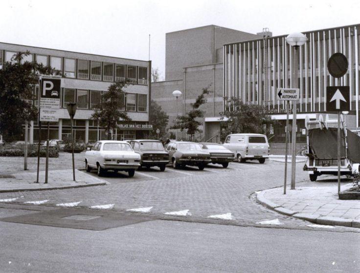De voorkant van schouwburg De Hagen, links op de foto Dagblad van het Oosten. | Mijn Stad Mijn Dorp