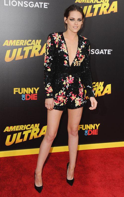 Kristen Stewart en combishort Zuhair Murad de la collection croisière 2016 lors de la première d'American Ultra à Los Angeles, le 18 août 2015