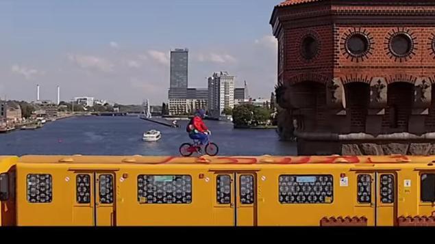 """In einem neuen Video radelt ein Mitglied der Streetart-Gruppe """"Berlin Kidz"""" auf dem Dach der U1 über die Oberbaumbrücke. """"Lebensgefährlicher Wahnsinn"""", sagt die BVG - und erstattet Anzeige."""