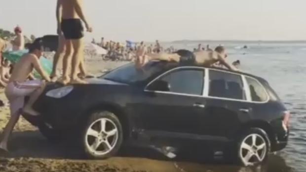 Unos jóvenes rusos que estaban de vacaciones en la ciudad de Volgogrado no hallaron nada mejor para entretenerse que usar un lujoso vehículo como trampolín para lanzarse al agua. Texto: Dolores Molina (@doloresmmolina) - Vídeo:Youtube.com/channel/UCt5kU0oXcHjub6ss_7lvRDQ