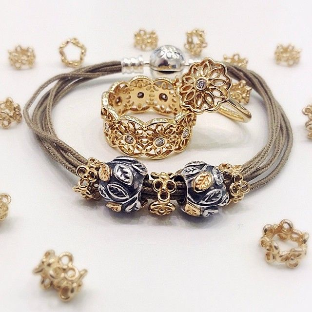 Earth Tones And Gold Work So Well Together Bracelet Cordon Coton Pandora Kaki Et Charms