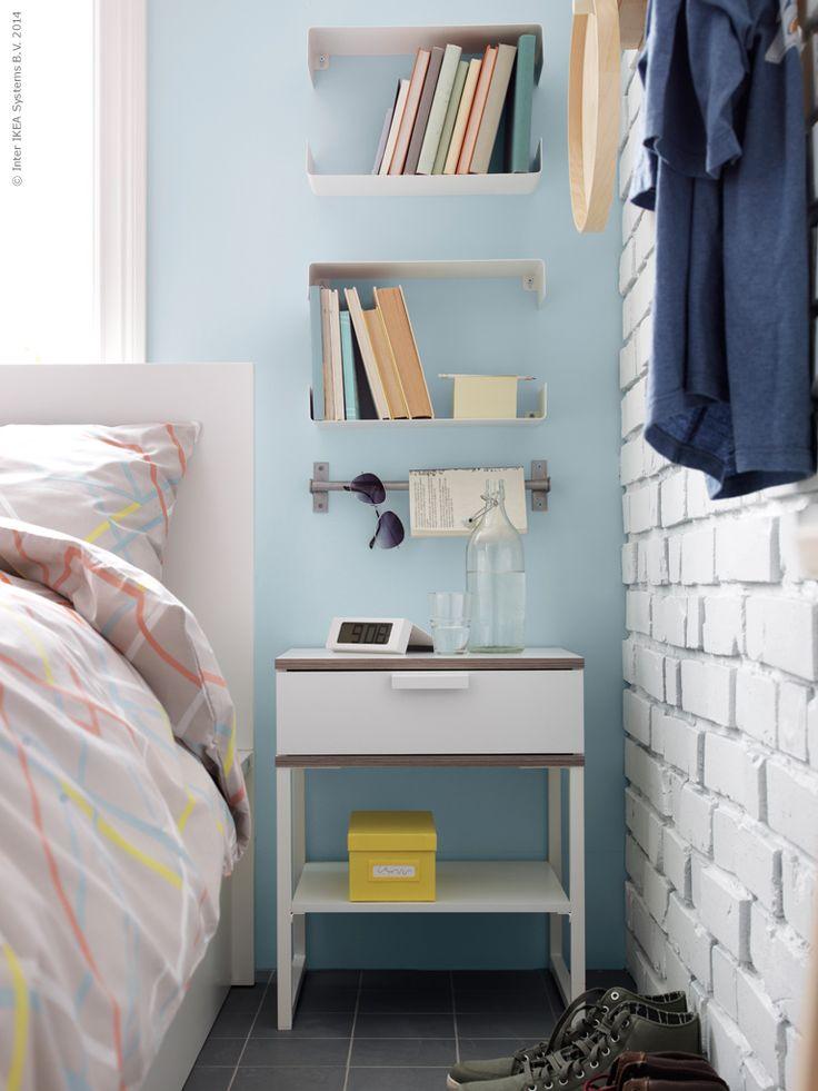 Kombinera funktion med snygga lösningar - ett organiserat sovrum hjälper dig att sova bättre om nätterna och vakna utvilad. TRYSIL avlastningsbord, GRUNDTAL stång, ENUDDEN vägghyllor.