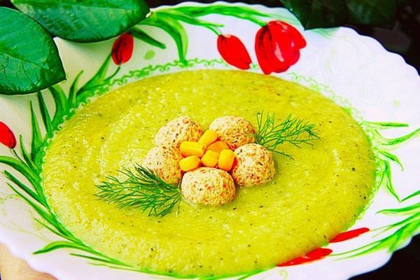 Vegetable cream soup with chicken meatballs