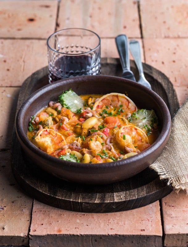 1. Laat de zeevruchten ontdooien. 2. Snipper de peterselie en bieslook fijn, hou apart. Pel de rode ui en verwijder de zaadlijsten van de paprika. Snij rode ui, paprika en tomaten in grove stukken. Pel de teentjes look en snij in plakjes. 3.