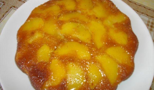 Карамелен сладкиш с ябълки - Рецепта. Как да приготвим Карамелен сладкиш с ябълки. В тавичката, в която ще печем сипва...