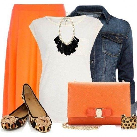 Look con gonna arancione e giacca di jeans
