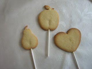 Cookie pops are delightful cookies on a stick. Easy to bake, fun to eat! Cookie pops är härliga småkakor på pinne. Lätta att baka och kul att äta!