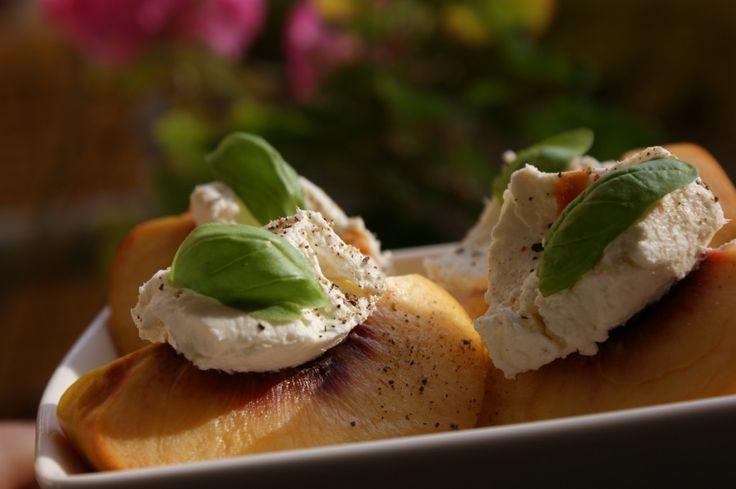 Łódeczki z nektarynek z Kozią Rurą #polish #cheese #nectarine #recipe