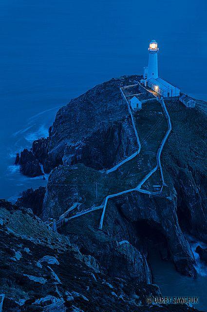 La Pila faro del sur al atardecer en la isla de Anglesey en Gales del Norte, Reino Unido