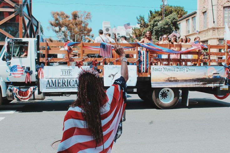Parada ulicami Santa Monica podczas obchodów Dnia Niepodległości 4. lipca.