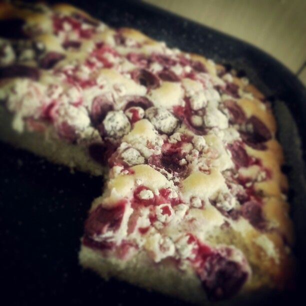 11/100cakes challenge: Bublanina s třešněmi a rybízem (bejzvajecna/kefirova)