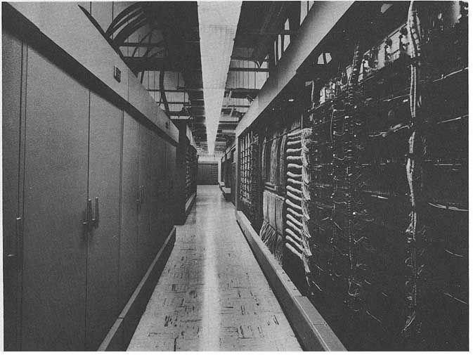 1950年代から1980年代まで主に北米に向かって侵入してくるソ連軍の原爆を搭載した爆撃機などを発見・追跡・迎撃するために作られた超巨大コンピューターシステム、それが「半自動式防空管制組織(Sem