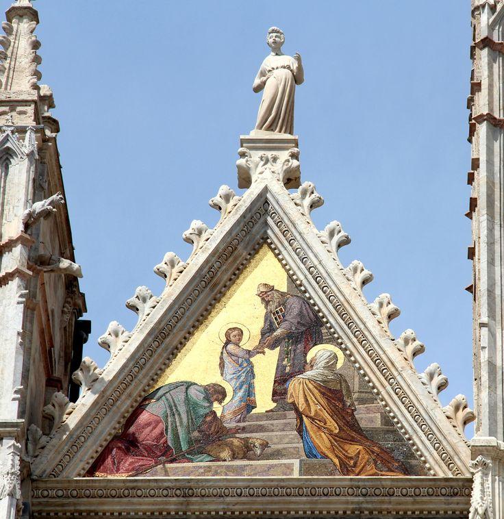 La cuspide di sinistra del Duomo: Presentazione di Maria al Tempio (mosaico del 1878 eseguito su disegno di Alessandro Franchi). Foto del Tesoro di Siena