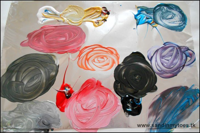 Mixing colours on foil, an art activity for kids.