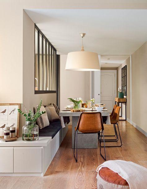 En el comedor Mesa diseñada por la decoradora y sillas de Sol & Luna. Banco, lámpara, cojines y velas de Cado. En el mueble, cuadro y jarrón de Sacum.
