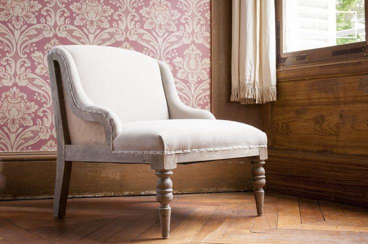Scegli una poltrona che unisce uno spirito bohemien pieno di fascino a un aspetto destrutturato, con il suo telaio in legno visibile.