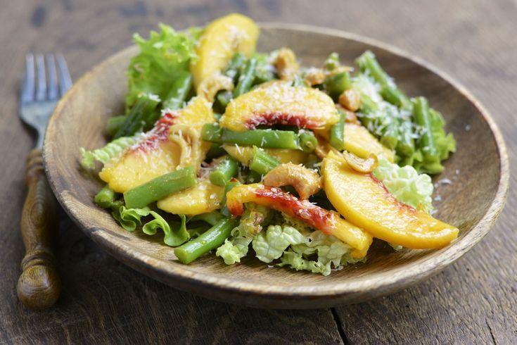 Salada com alface, pêssego, vagem, castanha de caju e salpicado de parmesão