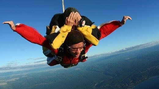 Det är högt men också värt det om du vågar, hoppa fallskärm i Nya Zeeland
