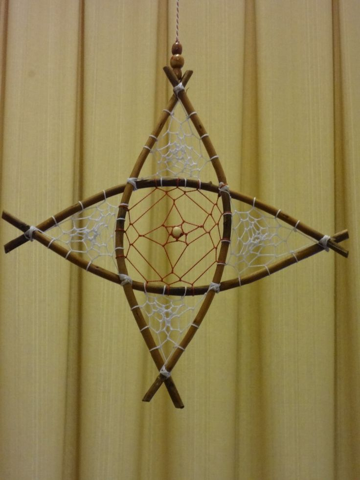 Estrela de vime com trama de fios