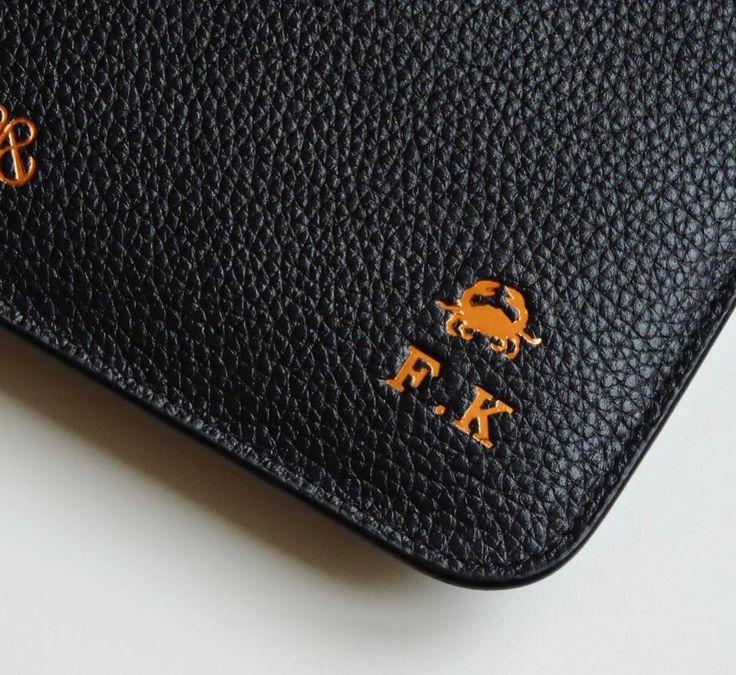 Zodiac sign 🦀 & Personalize . #details #serapaktugleathergoods #leather #accessories #zodiacsigns #initial #personalized #customize #clutch #details #serapaktugleathergoods #kisiyeozelaksesuarlar #kisiyeozel #harfbaski #burcbaski #bakir #unisex #leathergoods