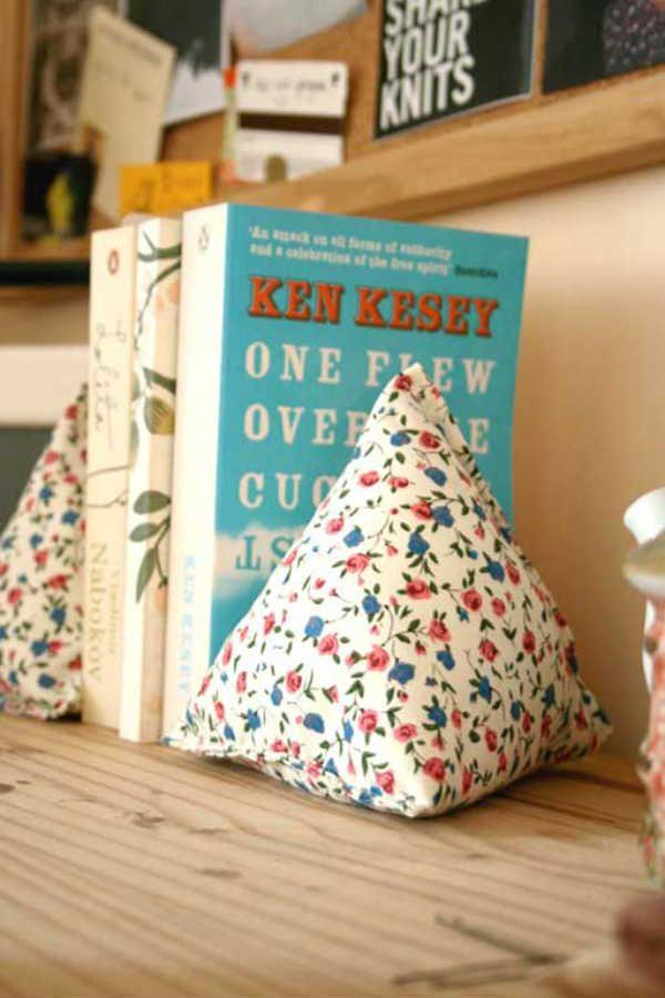 Vous connaissez un lecteur assidu, un amoureux des livres et vous voulez lui faire plaisir ? Cousez-lui un accessoire qu'il pourra utiliser, que ce soit un marque-page, un sac pour aller à la bibliothèque ou encore un coussin confortable pour lire! Voici donc une autre série de cadeaux à coudre qui complète les autres listes de cadeaux à coudre ! Ce sont en général des objets assez faciles à coudre, parfaits pour les débutants et ce sont aussi des objets aisément customisables. A vos aig...