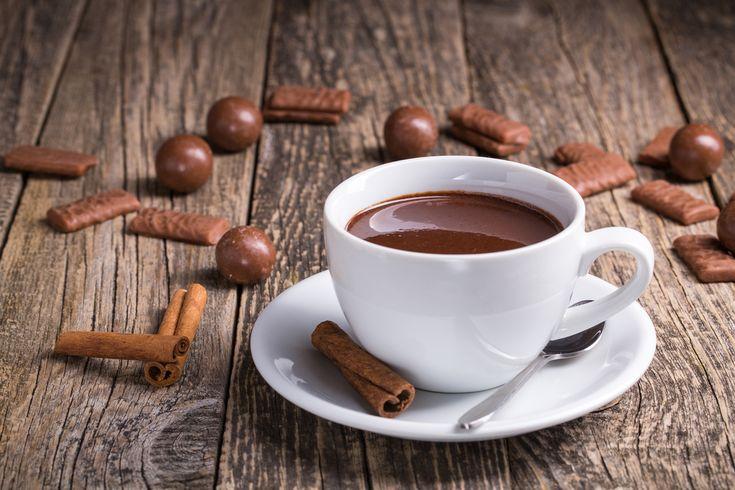Préparation : 1. Faites chauffer le lait dans une casserole, et laissez infuser le bâton de cannelle pendant 2minutes. 2. Cassez le chocolat en morceaux et incorporez-le dans le lait. Laissez chau…