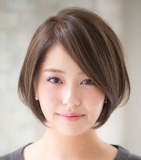 自分でも手入れのしやすい髪型で気分を変えたい! そんなLEE世代におすすめのショートボブスタイルのご紹介です。 首元はすっきりさせ、顔周りはしっかり毛束を残す、絶妙なバランスが大きなポイントのヘアスタイルです。顔周りの毛束がフェイスラインをすっきり見せて小顔効果をアップし、ひし形シルエットが美人度をさらに上げ