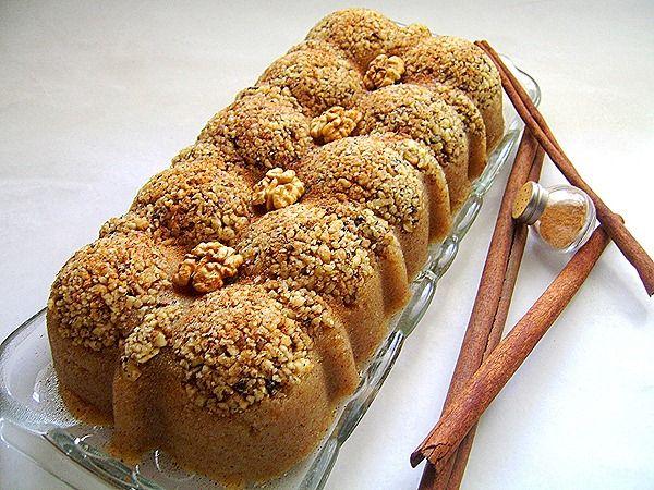 Χαλβάς με μέλι και καρύδια Σε ένα κατσαρολάκι βάζουμε να πάρει βράση το νερό με το μέλι και να ομογενοποιηθούν. Σε άλλο σκεύος βάζουμε το ελαιόλαδο να κάψει και ρίχνουμε το σιμιγδάλι...