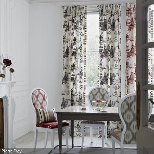Die neobarocken Textilmuster auf Polsterstühlen und Vorhängen greifen sich gegenseitig auf. Die Mischung aus roten und schwarzen Mustern wirkt unaufgeregt und klassisch. - mehr auf www.roomido.com