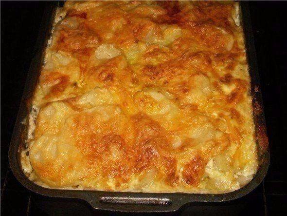 МЯСНАЯ ЗАПЕКАНКА. Любимый рецепт моей мамы. Ни одно торжество не обходилось без этого блюда!  Ингредиенты:  картофель (6шт), фарш свинина+говядина (400г), грибы (100-150г), лук (1шт), сметана (1 стакан), яйцо, чеснок (2 дольки), соль, перец.  Приготовление: 1. Картофель очистить и нарезать тонкими ломтиками. Лук порезать полукольцами. Грибы порезать небольшими кубиками, смешать с фаршем и приправить солью и перцем. 2. Для заправки: сметану смешать с пропущенным через пресс чесноком, добавить…