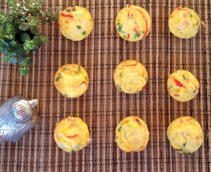 Hva sier du til disse herlighetene til frokost i morgen? Som småbarnsforeldre er det ikke alltid man orker å gjøre så mye ut av frokosten – og ofte blir det det samme gamle dag etter dag. Men vet dere hva? Disse muffinsomelettene lager seg nesten helt selv, så her er det ingen unnskyldninger. Muffinsomeletter: Du