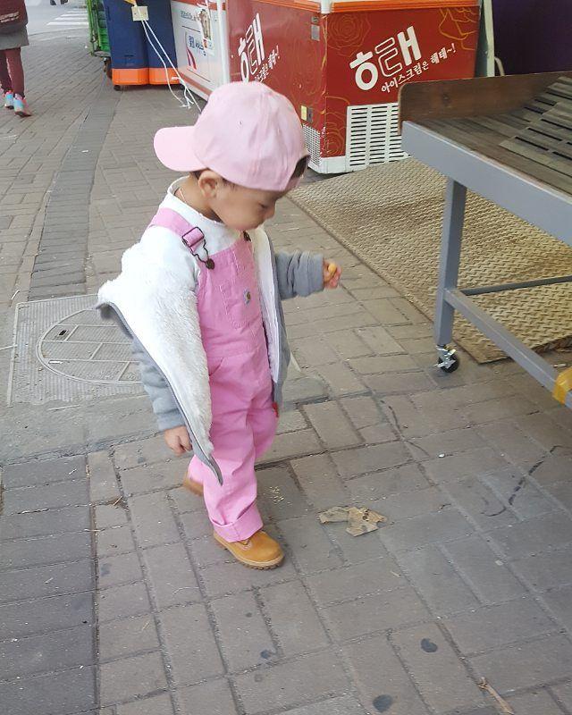 . . . 분명 아침엔 봄날씨였는데.. 과자를 찿아헤매 슈퍼로 돌진하는 #하이에나 . . 오늘도 이렇게 하루가 간다! . . . #배경따윈 훗 . .  #fnf#인스타키즈#인스타베이비#아기모델#키즈스타그램 #kids  #streetfashion #kidshiphop#kidsfashion #패션스타일#superfankids #mlbkids #키즈패션 #키즈스트릿패션 #슈퍼팬키즈 #키즈 #kidsmodel #오오티디 #ootd#칼하트#핑크#멜빵#오버롤#팀버랜드