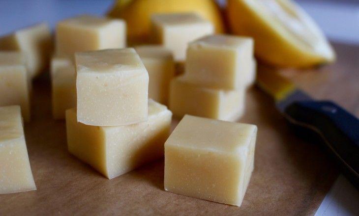 Fudge gjorda på marshmallowsoch vit choklad, smaksatta med citron. Passar perfekt som påskgodis!