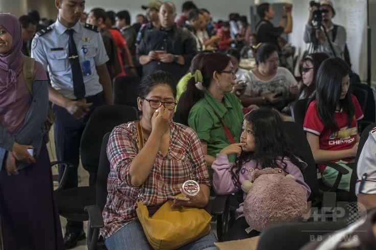 エアアジア(AirAsia)QZ8501便が消息を絶ったことを受けて、インドネシア・スラバヤ(Surabaya)の空港に集まった乗客の家族ら(2014年12月28日撮影)。(c)AFP/Juni KRISWANTO ▼28Dec2014AFP インドネシア発のエアアジア機が消息絶つ http://www.afpbb.com/articles/-/3035340 #QZ8501