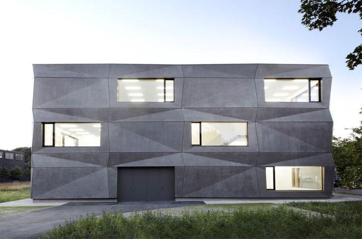 Zeitgemäße Industriearchitektur: Der Gewerbebau mit der gefalteten Betonfassade beherbergt die Produktions- und Büroflächen einer Münchener Stickerei und Textildruckerei. (Foto: Michael Compensis)