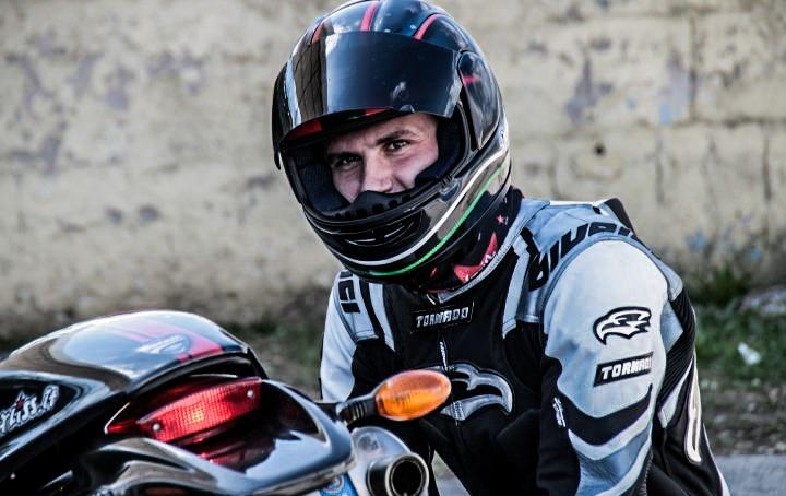 Un vero motociclista non guarda la sua moto con gli occhi.  La guarda con il cuore.