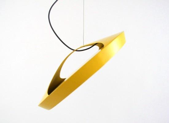 Lo Studio Dreimann di Hannover ha progettato Stanley, una lampada da soffitto dal paralume mobile, che può trasformarsi in lampada da lettura o anche illuminare una parete, un quadro o un oggetto.