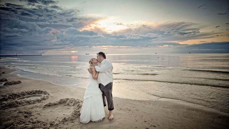 Ania i Michał na plaży - fotografia ślubna w plenerze nad morzem
