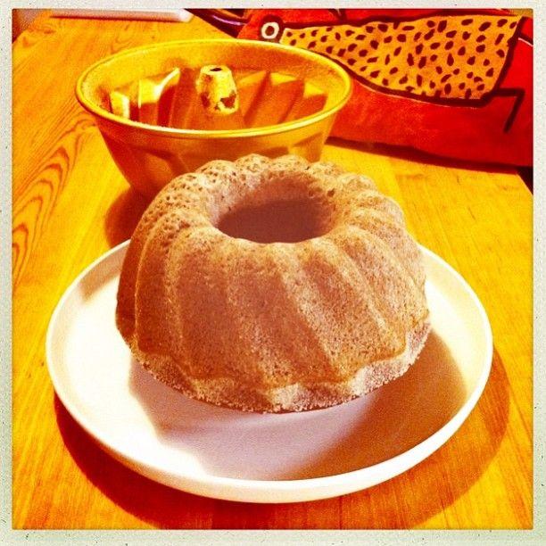 1. resepti nopea suklaakakku, yhteisleivonta Twitterissä 19.1.2013 klo 14 alkaen - jäähtynyt nopea suklaakuivakakku kumotaan tarjoiluastialle ja nautitaan!
