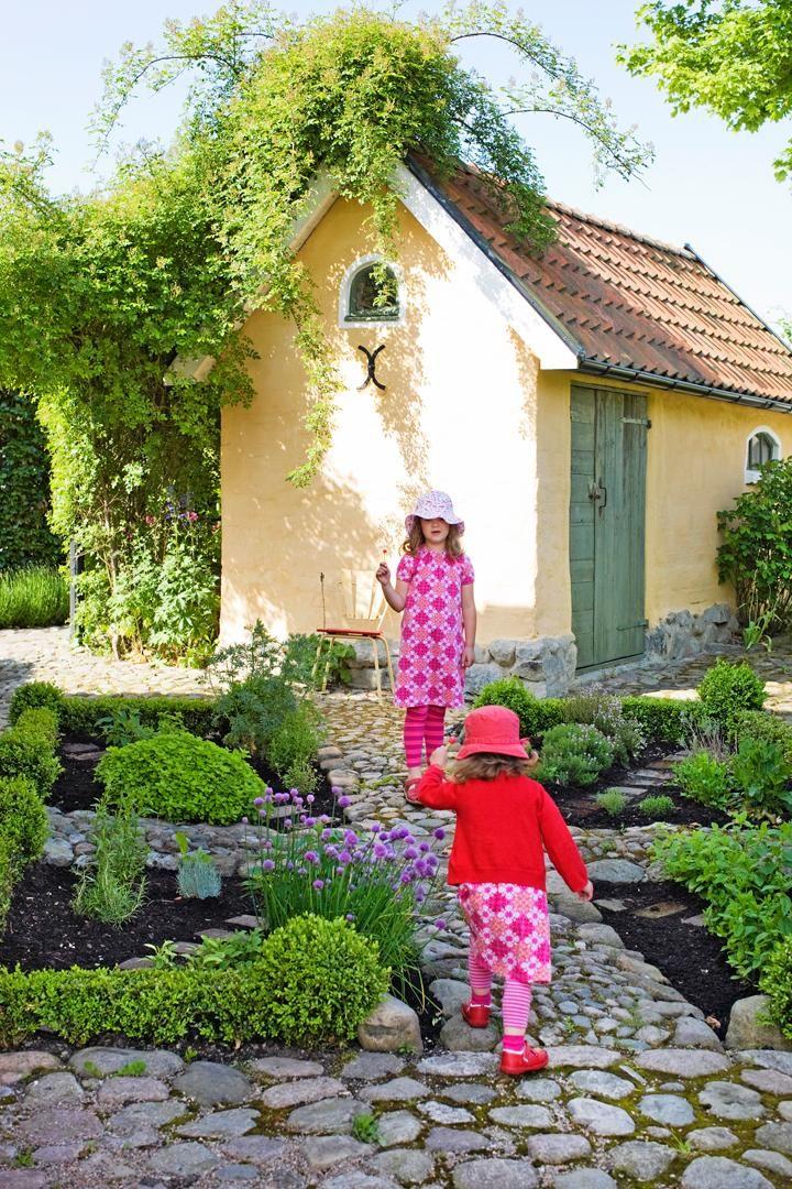 För systrarna Lovisa och Linnéa finns det gott om gömställen och lekplatser på Humlebacken. Pappa Lennart har skapat en gammaldags trädgård för både lek och sommarkalas.