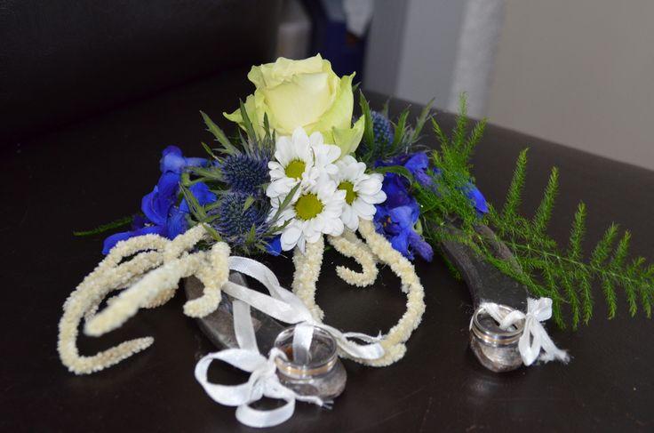 Niet door mij gemaakt, wel door mij bedacht: Onze trouwringen bevestigen op een hoefijzer. We hadden een beetje een landelijk thema en hoefijzers brengen geluk zeggen ze, dus dit paste er mooi bij. Nu hangt de hoefijzer boven onze voordeur met het bloemstukje er nog aan.