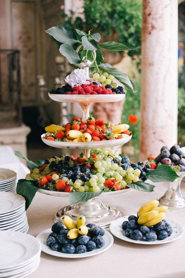 Een tafel van fruit #hapjes #eten #catering #inspiratie #trouwen #bruiloft #foodstyling #fruit #borrelhapjes Serveer de borrelhapjes op je bruiloft op gedecoreerde tafels | ThePerfectWedding.nl | Fotocredit: One and only Paris Photography